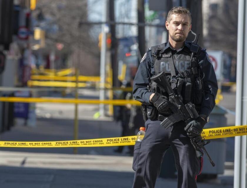 Un miembro de la policía de Toronto monta guardia en el lugar donde una camioneta alquilada ha recorrido la acera golpeando a varios peatones, el lunes 23 de abril de 2018, en Yonge Street, norte de Toronto (Canadá). EFE/WARREN TODA/Archivo