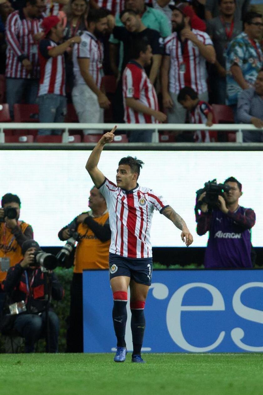 El jugador de Chivas, Alexis Vega, celebra una anotación ante Atlas hoy, durante el juego correspondiente a la jornada 7 del torneo mexicano de fútbol, celebrado en el estadio Akron, en la ciudad de Guadalajara (México), el 16 de febrero de 2019. EFE/Archivo