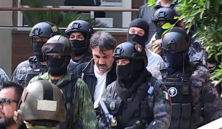 """Dámaso López, alias El Licenciado y considerado el sucesor de Joaquín """"el Chapo"""" Guzmán, es trasladado el martes 2 de mayo de 2017, a las instalaciones de la fiscalía mexicana, en medio de un fuerte operativo de seguridad y la presencia de numerosos medios de comunicación, en Ciudad de México. EFE/Archivo"""