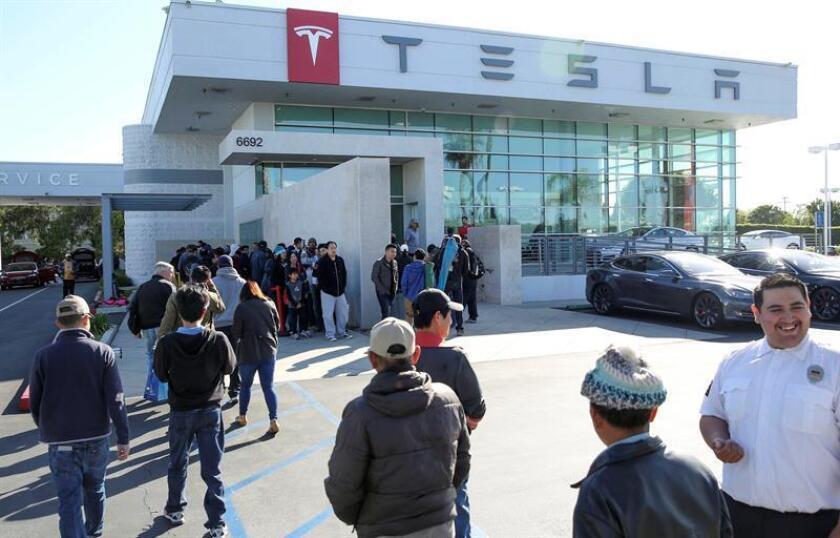 El fabricante de automóviles eléctricos de lujo Tesla y la compañía de electrónica de consumo Panasonic anunciaron hoy el inicio de la producción en masa de las baterías células 2170, que serán incluidas en varios productos. EFE/EPA/EUGENE GARCIA