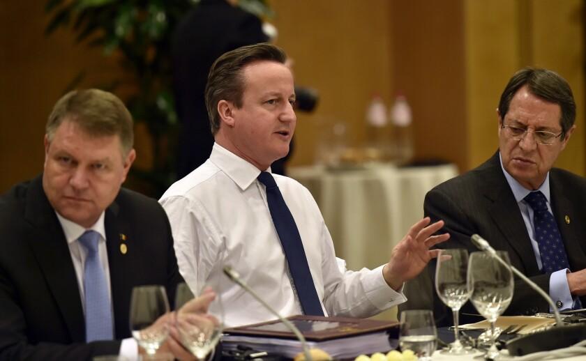 De izquierda a derecha, el presidente rumano Klaus Werner Iohannis, el premier británico David Cameron y el presidente chipriota Nicos Anastasiades asisten a una reunión en el marco de la cumbre de la UE en Bruselas. (Martin Meissner, Pool)