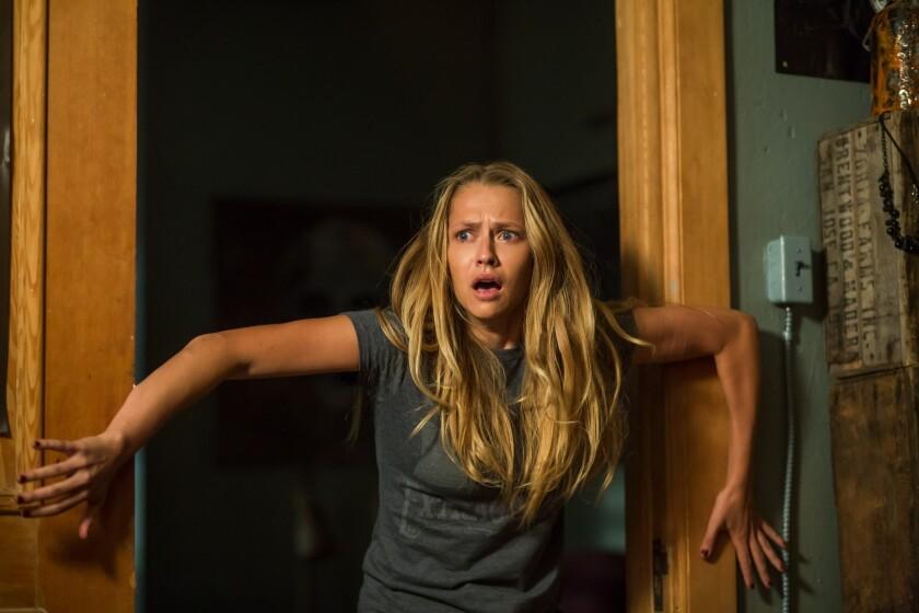 """Teresa Palmer en """"Lights Out"""", una cinta de terror producida por James Wan que se estrena esta semana, y que muestra a la actriz en el papel de una muchacha enfrentada a una entidad maléfica."""