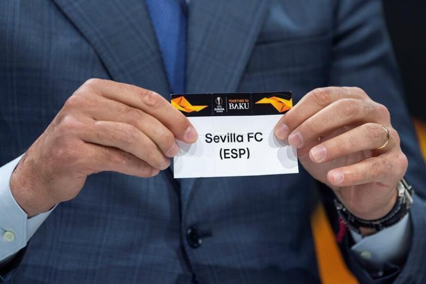 El exfutbolista español Andrés Palop, embajador de la UEFA Liga Europa, muestra la papeleta del Sevilla FC, durante el sorteo de la ronda de octavos de final de la Liga Europa, en la sede de la UEFA en Nyon (Suiza), este viernes. EFE