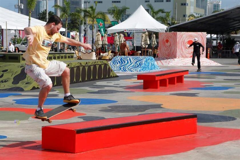Un joven monta en patineta en la Plaza Infinity, un parque creado por Art Basel en el distrito Wynwood, hoy, jueves 1 de diciembre de 2016, durante la Art Basel Miami Beach de Miami, Florida (EE.UU.). EFE
