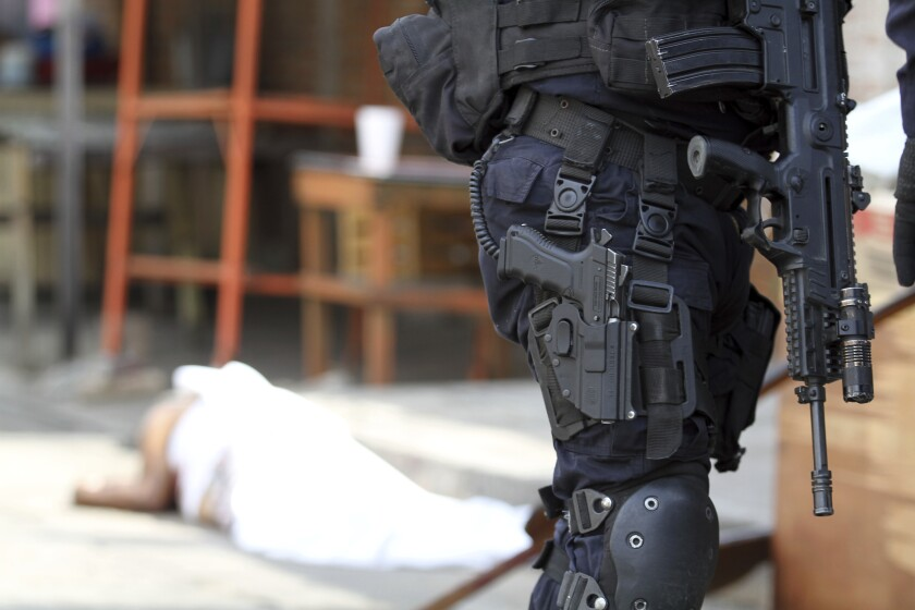 En esta fotografía del 2 de enero de 2019, un agente de la policía vigila la escena de un homicidio