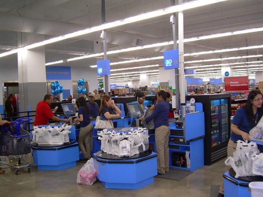 Vista de unas empleadas atendiendo a clientes en el interior una tienda en San Juan Puerto rico. EFE/Archivo