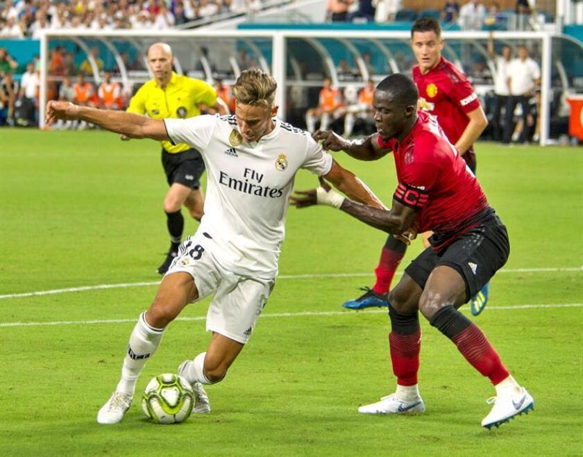 El jugador del Real Madrid Marcos Llorente (i) disputa un balón ante Eric Bailly (d) del Manchester United durante un partido de la Copa Internacional de Campeones entre Manchester United de R. Unido y el Real Madrid de España, en las instalaciones del Estadio Hard Rock, en la ciudad de Miami Garden (Estados Unidos). EFE