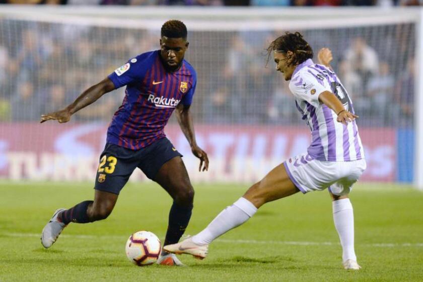El defensa francés del FC Barcelona, Samuel Umtiti (i), disputa el balón ante el delantero turco del Real Valladolid, Enes Unal, durante el encuentro correspondiente a la segunda jornada de primera división. EFE/Archivo