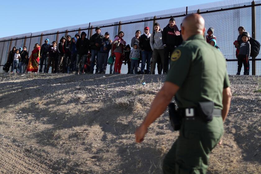 Un grupo de migrantes es detenido por la patrulla fronteriza en El Paso, Texas.