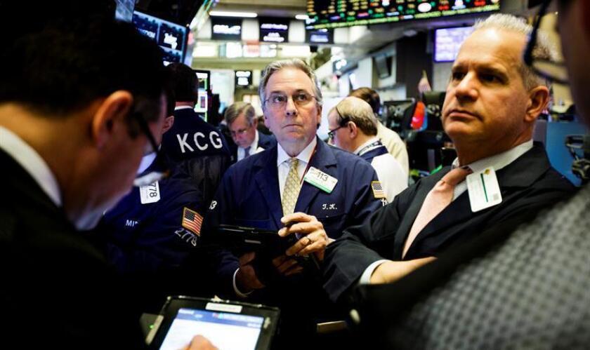 Wall Street cerró hoy al alza y por segundo día consecutivo el Dow Jones de Industriales, su principal indicador, subió un 0,18 % y alcanzó un nuevo récord, mientras que el S&P 500 se quedó a un paso de alcanzar un nuevo máximo histórico. EFE/ARCHIVO