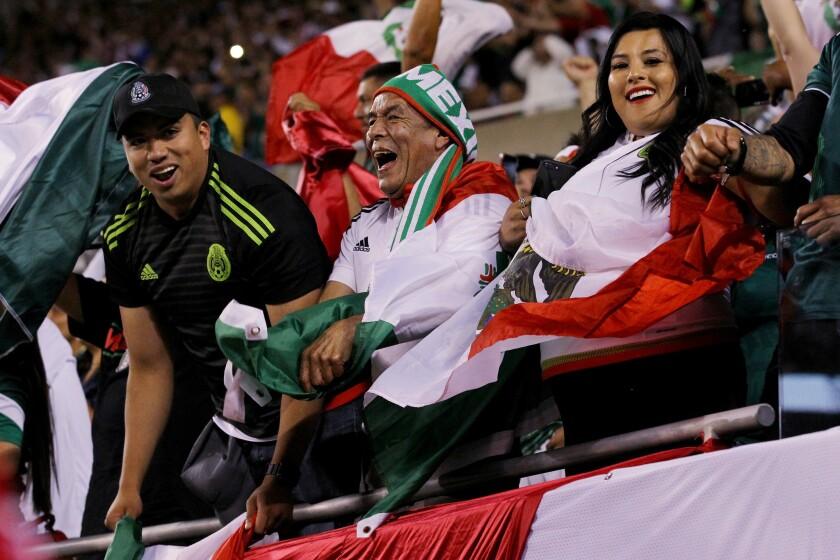 hoyla-video-mexicanos-celebran-en-el-ngel-de-l-001