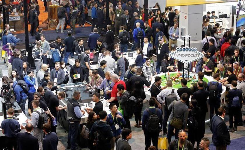 Público visita las exhibiciones, en el segundo día en el 2019 International Consumer Electronics Show en Las Vegas, Nevada, EE. UU., hoy, 9 de enero de 2019. EFE