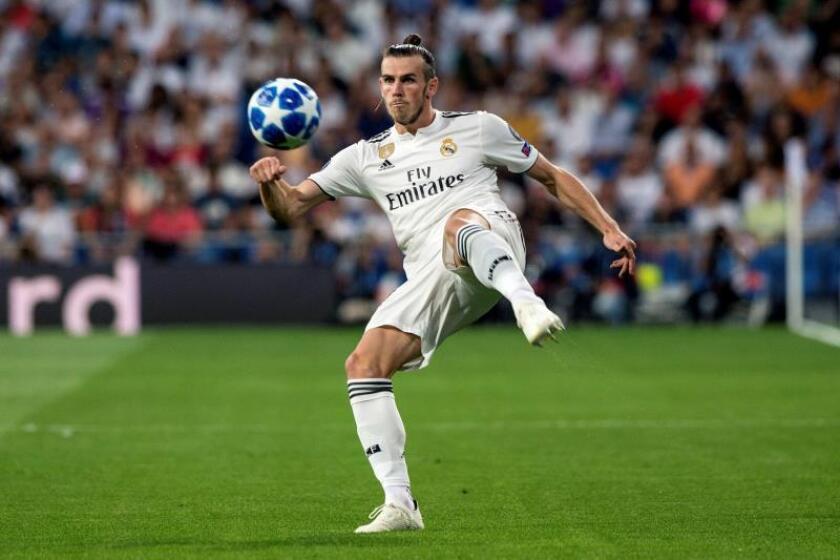 El delantero galés del Real Madrid, Gareth Bale, controla la pelota durante el partido de Liga de Campeones que disputaron ante la Roma en el estadio Santiago Bernabéu en Madrid. EFE/Archivo