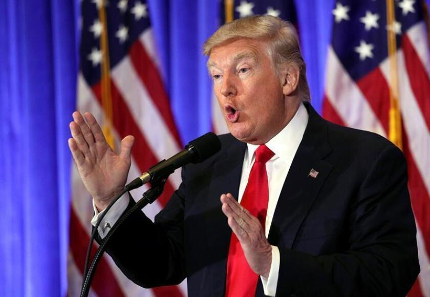 """El presidente electo, Donald Trump, dijo hoy que no tiene ningún vínculo con los ciberataques llevados a cabo por Rusia en las pasadas elecciones, como sugiere un informe de inteligencia publicado por algunos medios del país, y arremetió contra cierta prensa, a la que tachó de """"basura"""". EFE"""