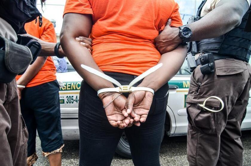 La Policía de Coral Spring, al norte de Miami, suspendió temporalmente a cuatro oficiales que aparecen en un vídeo en el que se ve al menos a uno de ellos patear a un afroamericano esposado que estaba sentado en el calle, informaron hoy medios locales. EFE/Archivo