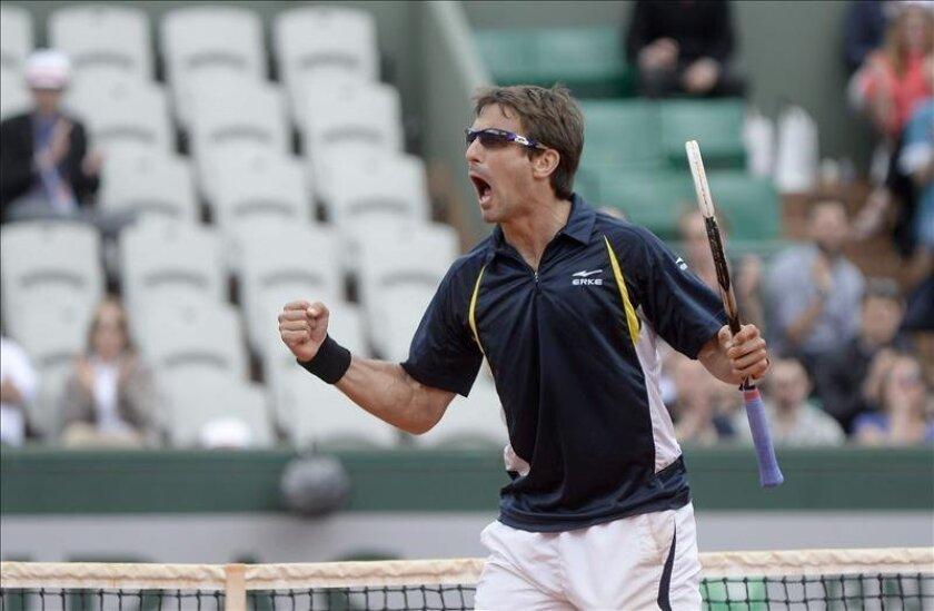 El tenista español Tommy Robredo celebra un punto durante el partido de octavos que ha jugado contra su compatriota Nicolás Almagro en Roland Garros en París, Francia. EFE