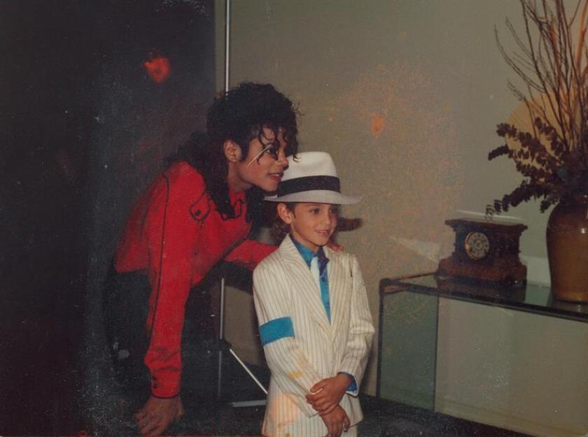 """Fotograma del documental """"Leaving Neverland"""" cedido este viernes por Sundance Institute, donde se aparece el fallecido cantante de pop estadounidense Michael Jackson (i) junto a un niño no identificado. """"Leaving Neverland"""", un documental sobre los abusos sexuales presuntamente cometidos por Michael Jackson, se estrenó este viernes en el Festival de Sundance entre la expectación de quienes lo consideran como uno de los platos fuertes del certamen y las críticas de familiares y fans del """"rey del pop"""". EFE/Cortesía Sundance Institute/SOLO USO EDITORIAL/NO VENTAS"""