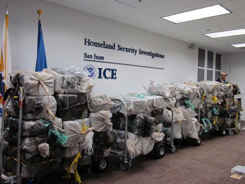 Un agente de la Agencia de Aduanas y Protección Fronteriza (ICE) custodia unos bultos que contienen 1.786 kilos de cocaína durante su presentación en una rueda de prensa celebrada el miércoles 2 de noviembre 2016, en las oficinas de la dependencia en San Juan (Puerto Rico). EFE/Archivo