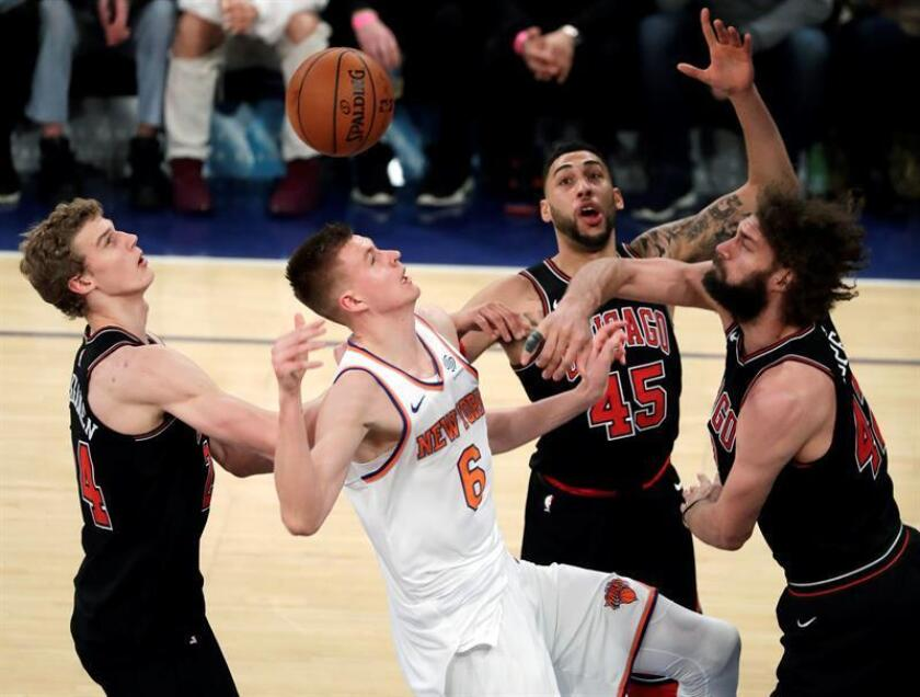 El jugador Kristaps Porzingis (c) de New York Knicks es bloqueado por Robin Lopez (d) de Chicago Bulls y sus compañeros durante un partido que se disputa en el Madison Square Garden, en Nueva York (Estados Unidos). EFE