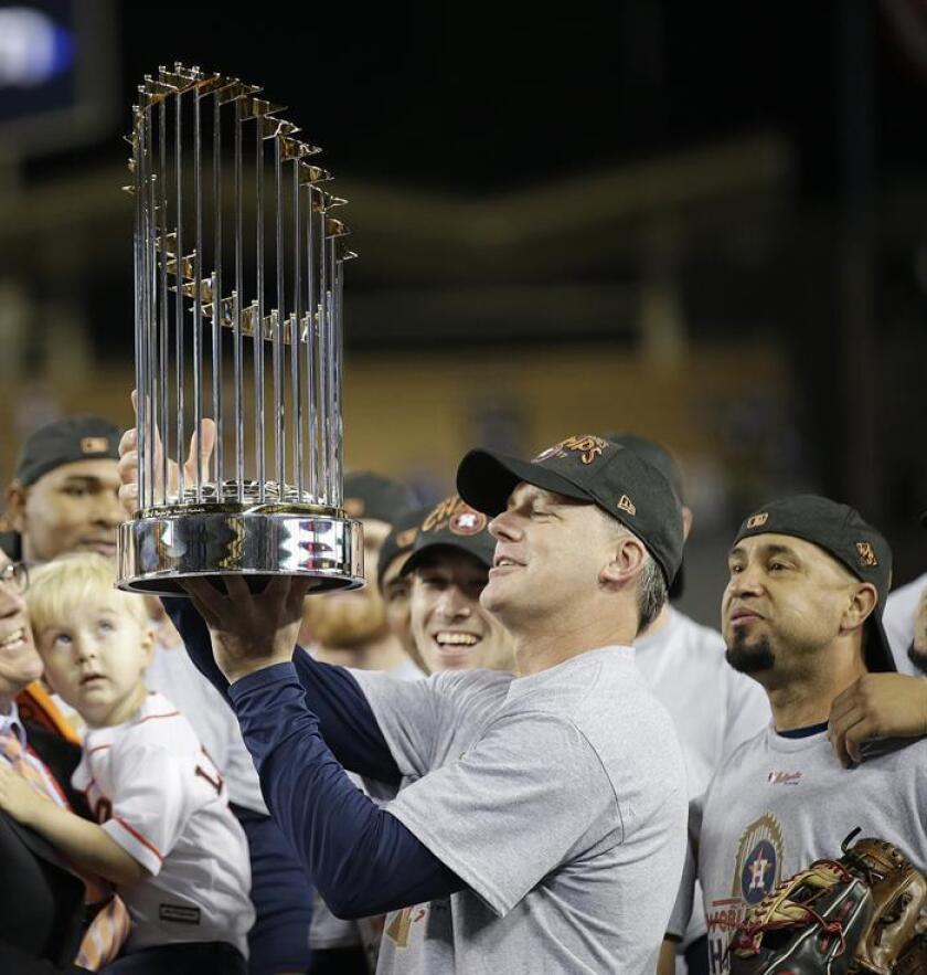 En la imagen, el entrenador de los Astros de Houston, A.J. Hinch, celebra con el trofeo el triunfo de su equipo al termino del séptimo y definitivo juego de la Serie Mundial de las Grandes Ligas (MLB) de béisbol. EFE/Archivo