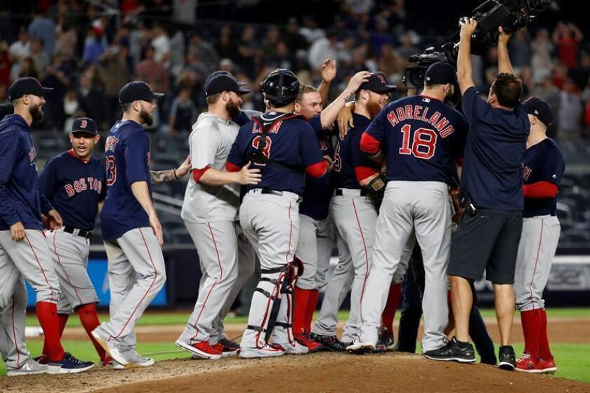 Los Medias Rojas celebran tras derrotar a los Yanquis y ganaran el título de la División Este de la Liga Americana hoy, jueves 20 de septiembre de 2018, en el partido ante los Medias Rojas de Boston y Yanquis de Nueva York en el juego de la MLB en el Yankee Stadium en Nueva York, Nueva York (EE. UU.). EFE