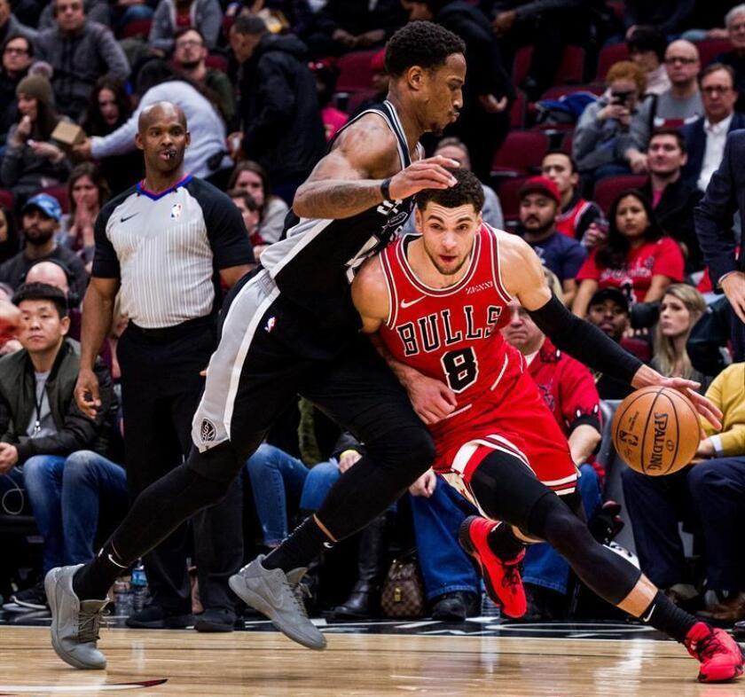 El escolta DeMar DeRozan (i) de San Antonio Spurs en acción ante el escolta Zach LaVine (d) de Chicago Bulls hoy durante un juego de la NBA entre San Antonio Spurs y Chicago Bulls, en el United Center de Chicago, Illinois (EE.UU.). EFE
