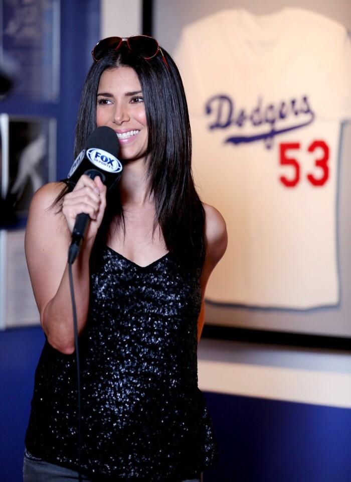 Roselyn Sánchez en el juego de los Dodgers