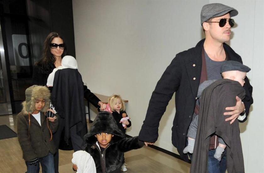 Brad Pitt acusó a Angelina Jolie de poner en riesgo la intimidad de sus hijos y solicitó de nuevo al juez que mantenga bajo secreto los documentos referidos a la custodia de los niños, informó el jueves la revista People. EFE/ARCHIVO