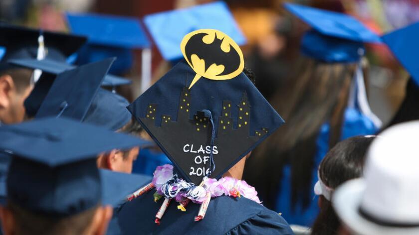 Un birrete en la ceremonia de graduación del Distrito Escolar Unificado de Los Angeles para los estudiantes en de preparatorias alternativas y de continuación (Harrison Hill/Los Angeles Times).
