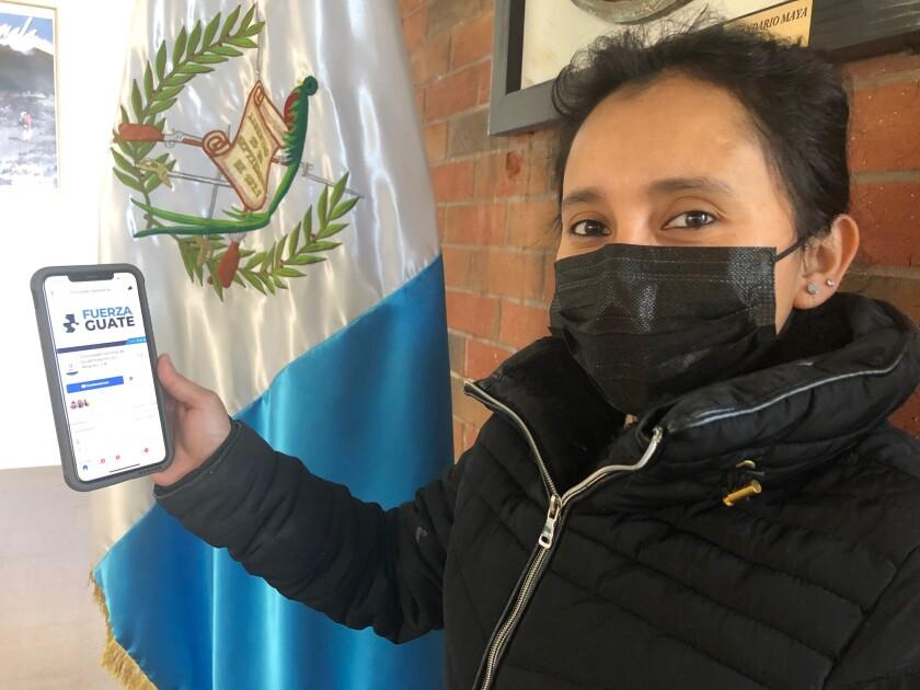 Yoselín Rodas, originaria de San Marcos, muestra la página de Facebook del consulado de Guatemala en Los Ángeles.