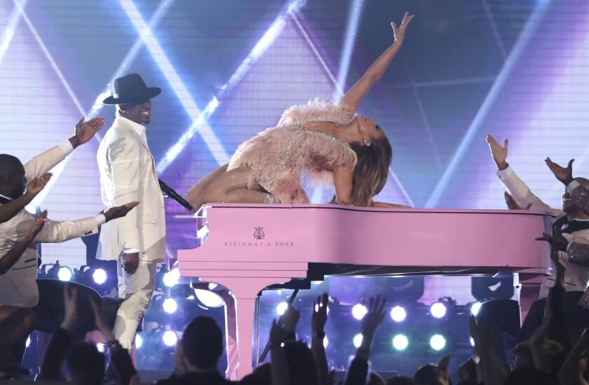 Ne-Yo, a la izquierda, y Jennifer López interpretan un popurrí por el 60to aniversario de Motown durante la gala de los premios Grammy, en Los Angeles, el domingo 10 de febrero del 2019. (Foto por Matt Sayles/Invision/AP) b