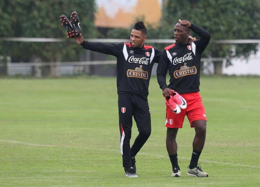 Los futbolistas peruanos Alexi Gómez (i) y Luis Advíncula (d) participan en un entrenamiento de la selección nacional en Lima (Perú). EFE/Archivo