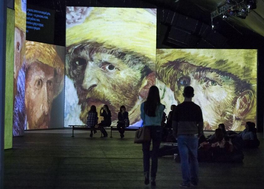 En esta foto una mujer con tacones altos visita una exposición multimedia de obras de Vincent van Gogh en Moscú, Rusia. Un video musical con más de 33 millones de vistas del grupo ruso de rock Leningrad inspiró a los organizadores de la exhibición a ofrecer entrada gratuita a mujeres con tacones altos y 50% de descuento a los hombres llamados Sergei. (AP Foto/Alexander Zemlianichenko)