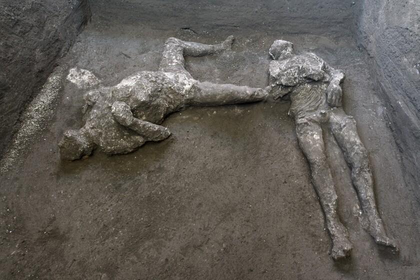 Los moldes de yeso de lo que se cree eran un hombre rico y su esclavo que huían de la erupción