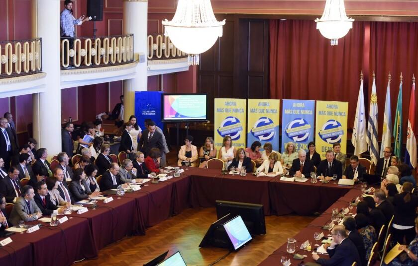 Ministros de Salud de 13 países de América realizan una cumbre para coordinar acciones contra el virus del zika e intentar controlar la epidemia en la sede del Mercosur en Montevideo, Uruguay. (AP Foto/Matilde Campodonico)