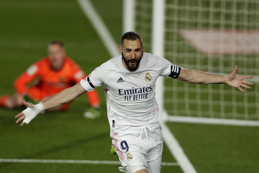 El francés Karim Benzema festeja luego de abrir el marcador en el clásico ante el Barcelona, el sábado 10 de abril de 2021, en La Liga española (AP Foto/Manu Fernández)