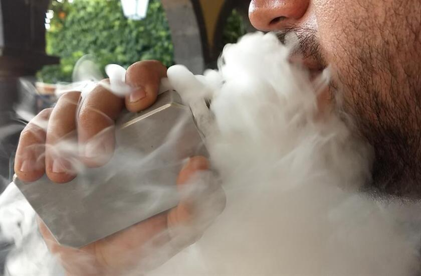 Fotografía de un joven fumando un cigarrillo electrónico. EFE/Archivo