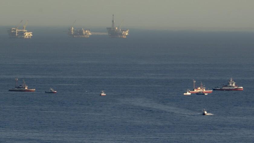 Barcos de rescate buscan los restos de dos pequeños aviones que chocaron en el aire y cayeron al océano en la costa de Los Angeles, el viernes 5 de febrero de 2016 en San Pedro, California. Las autoridades costeras cancelaron la operación de búsqueda el sábado. (Foto AP/Damian Dovarganes)