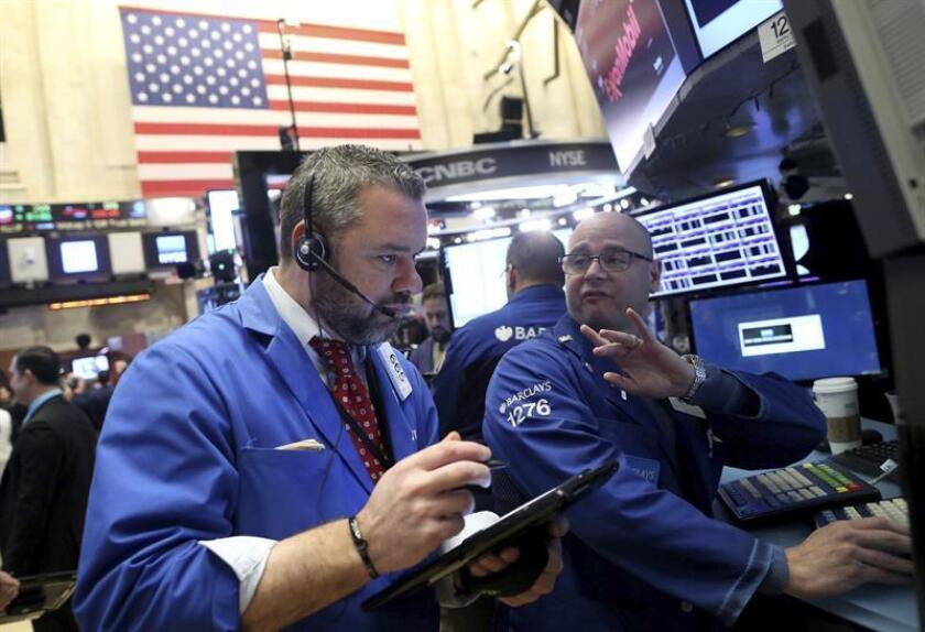 Wall Street cerró hoy con pérdidas y el Dow Jones de Industriales, su principal indicador, bajó un 0,37 % y acumuló cinco jornadas en números rojos, a la espera de la toma de posesión del presidente electo de Estados Unidos, Donald Trump. EFE/ARCHIVO