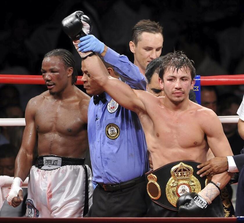 El boxeador Gennady Golovkin (d), de Kazajistán, celebra una victoria. EFE/Archivo
