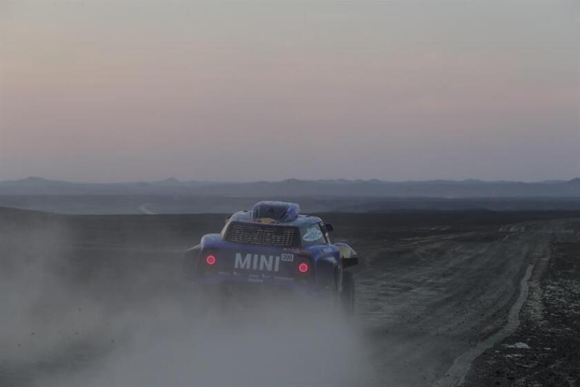 El español Carlos Sainz conduce su vehículo Mini hoy durante la segunda etapa del Rally Dakar 2019 entre Pisco y San Juan de Marcona (Perú). EFE