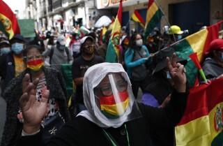 Simpatitzants de l'expresidenta interina de Bolívia, Jeanine Áñez , criden consignes contra el govern de Luis Arce durant una protesta a la Paz, Bolívia, el dimecres 17 de març de 2021, enmig de la pandèmia de COVID-19. Un jutge a Bolívia va ordenar que Áñez romangui en presó preventiva durant quatre mesos després del seu arrest per càrrecs relacionats amb la sortida el poder d'president Evo Morales a 2019, que els seus partidaris consideren un cop d'Estat.(AP Fotografia / Joan Karita)