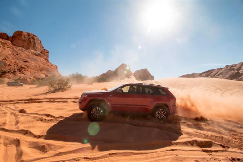 Fotografía fechada el 1 de noviembre de 2018 que muestra un Jeep Grand Cherokee Trailhawk 2019 mientras atraviesa una duna en el Valle del Fuego, en Nevada (Estados Unidos). EFE