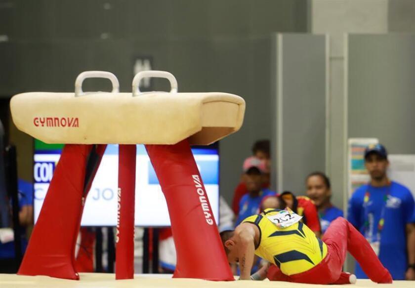 El gimnasta colombiano Jossimar Calvo fue registrado este domingo al caer en la prueba de caballo con arzones de la gimnasia artística masculina individual de los Juegos Centroamericanos y del Caribe 2018, en Barranquilla (Colombia). EFE