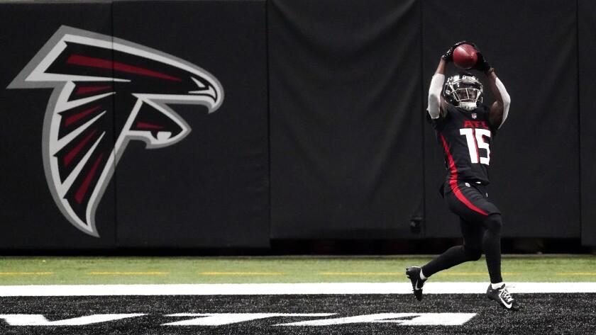 El wide receiver Brandon Powell atrapa un pase de touchdown por los Falcons de Atlanta en la segunda mitad del duelo ante los Raiders de Las Vegas, el domingo 29 de noviembre de 2020, en Atlanta. (AP Foto/John Bazemore)