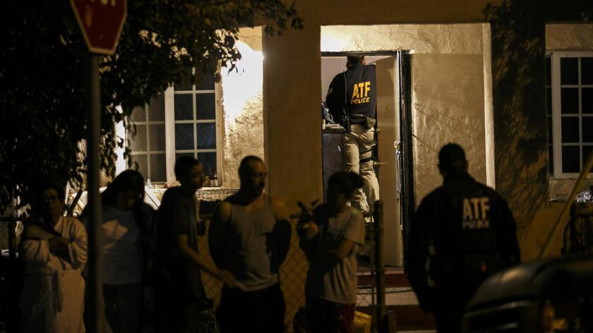 Los agentes de la ATF buscan evidencia durante una incursión en una casa del Valle de San Fernando, este 2 de noviembre de 2016 (Marcus Yam / Los Angeles Times).