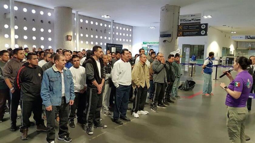 Migrantes mexicanos arriban hoy, jueves 19 de enero de 2017, al aeropuerto de Ciudad de México provenientes de Estados Unidos, acogidos por un programa de repatriación voluntaria en Ciudad de México. EFE