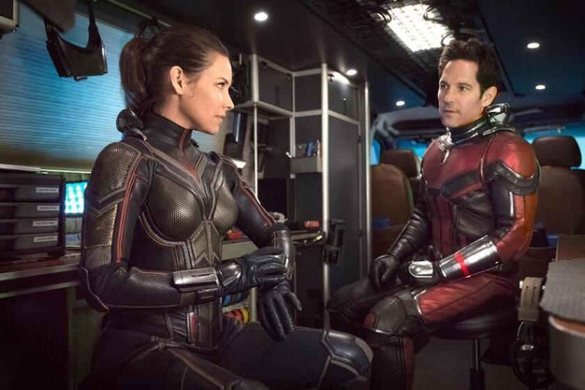 """Fotograma cedido por Marvel Studios donde aparece la actriz Evangeline Lilly (d) en el doble papel de The Wasp/Hope van Dyne y el actor Paul Rudd (i) en los de Ant-Man/Scott Lang, durante una escena de la película """"Ant-Man and the Wasp"""", la continuación de la película de superhéroes de Marvel """"Ant-Man"""" (2015). EFE/Ben Rothstein/Cortesía Marvel Studios/SOLO USO EDITORIAL/NO VENTAS"""