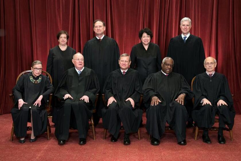 El presidente del Tribunal Supremo, John G. Roberts (c), los jueces asociados a dicha corte Ruth Bader Ginsburg (i-frente), Anthony M. Kennedy (2i-frente), Clarence Thomas (2d-frente), Stephen Breyer (d-frente), Elena Kagan (atrás-i), Samuel Alito Jr. (atrás 2i), Sonia Sotomayor (atrás 2d) and Neil Gorsuch (atrás d), posan para la foto oficial en la sede de la Corte Suprema, en Washington (Estados Unidos). EFE/ARCHIVO