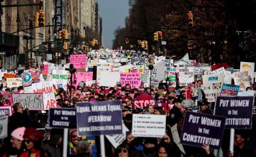 """El sombrero rosa que llenó las calles de EE.UU. hace un año en la """"Marcha de las Mujeres"""" es hoy el símbolo de un movimiento de resistencia social al presidente Donald Trump que promete batalla en las próximas elecciones legislativas. EFE/EPA/Archivo"""